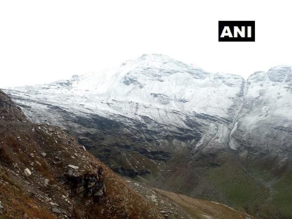 Rohtang pass in Kullu received fresh snowfall on Friday. (Photo/ANI)