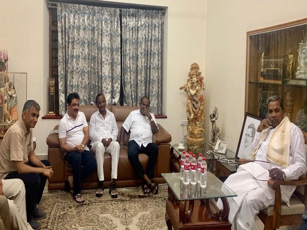 Karnataka CM HD Kumaraswamy, rebel Congress MLA MTB Nagaraj, and Congress leader Zameer Ahmed Khan at the residence of Siddaramaiah in Bengaluru on Saturday