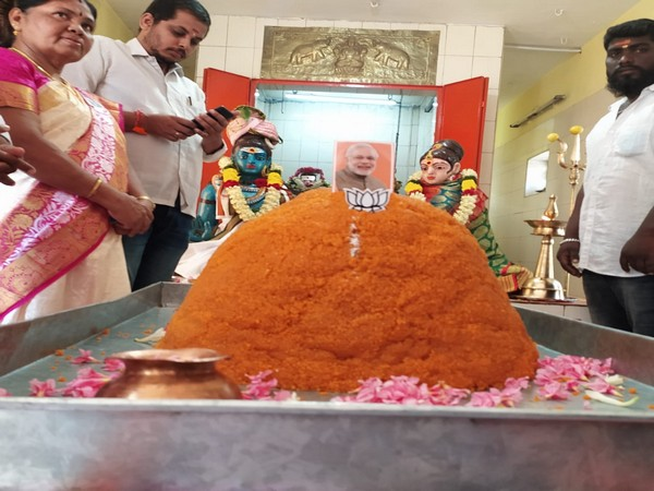 BJP workers offered a 70 kg laddu at Sivan Kamatchi Amman Temple in Coimbatore to mark Prime Minister's 70th birthday. (Photo/ANI)