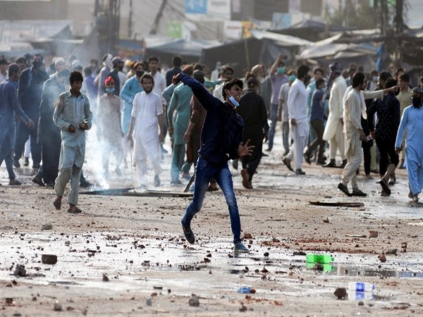Pakistan: Major clashes between security forces and members of outlawed TLP in Lahore (Photo Credit: Reuters)
