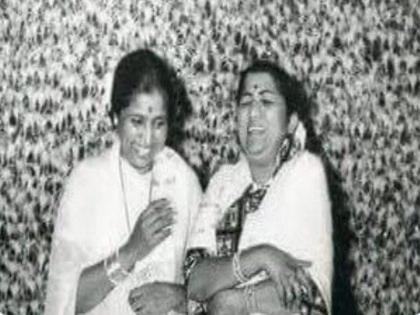 Musicians Asha Bhosle and Lata Mangeshkar (Image source: Twitter)