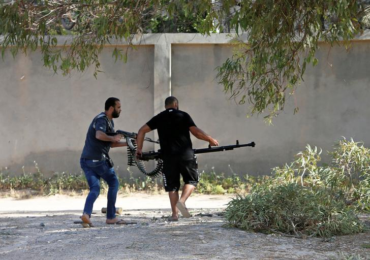 Members of the UN-backed government forces carry their weapon during a fight with Khalifa Haftar's forces in Tripoli, Libya on Apr 28 (Photo/ Reuters)