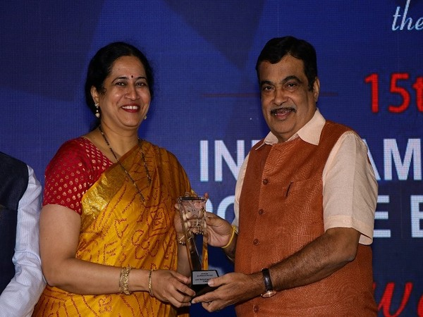 Seema Ghanekar, Global Head, Industrial and Consumer Products at L&T Technology Services receives Award on behalf of the company from Nitin Gadkari