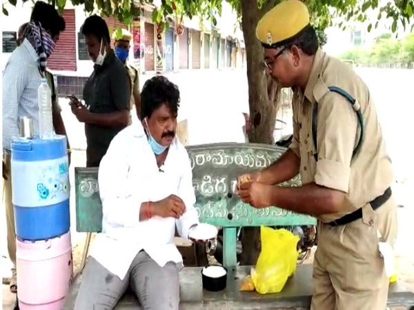 Minister Perni Venkatramaiah sat on a roadside bench and took his lunch along with the police. Photo/ANI
