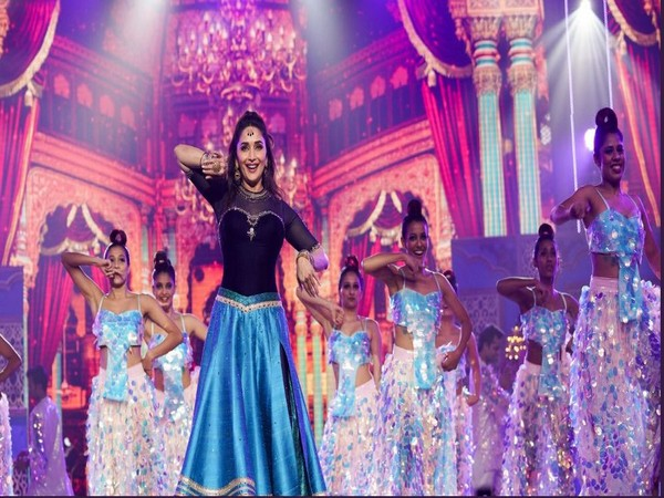 Madhuri Dixit from her performance in IIFA 2019 (Image courtesy: Twitter)