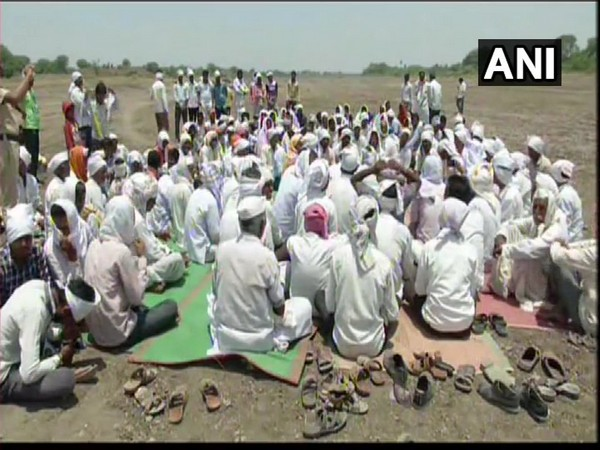 Hit by acute water shortage, villagers hold protest in Marathwada. Photo: ANI.