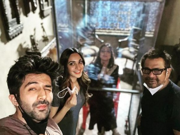 Kartik Aaryan, Kiara Advani, Tabu, Anees Bazmee from sets of 'Bhool Bhulaiya 2' (Image Source: Instagram)