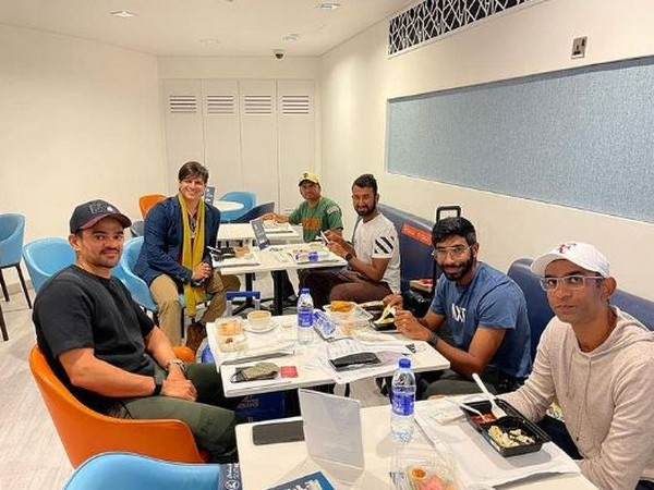 Vivek Oberoi with players of Indian cricket team, Image source: Instagram