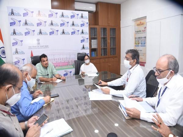 Mamata Banerjee met Union Minister Nitin Gadkari in Delhi.  (Image courtesy: Twitter/ @OfficeOfNG)