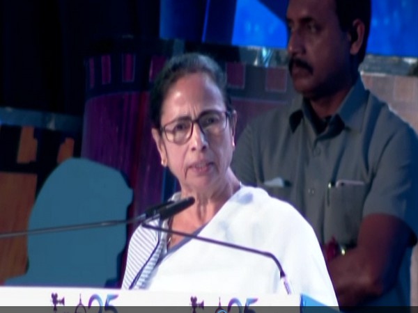 Mamta Banerjee while addressing the crowd at 25th Kolkata International Film Festival