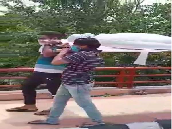 Lockdown violators carrying the dummy dead body in Delhi. Photo/ANI
