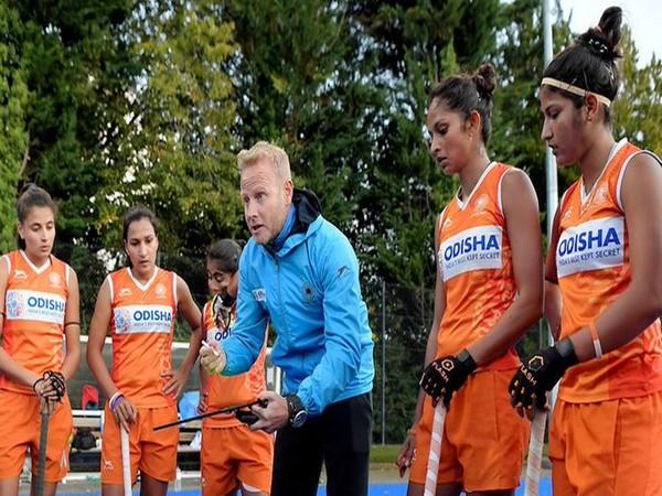 Head coach Sjoerd Marijne with women's team (Photo/ Hockey India Twitter)