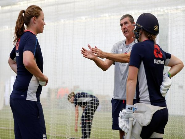 Head coach Mark Robinson with fast bowler Anya Shrubsole