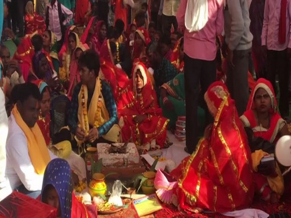 500 couples tie knot at mass ceremony in UP. Photo/ANI