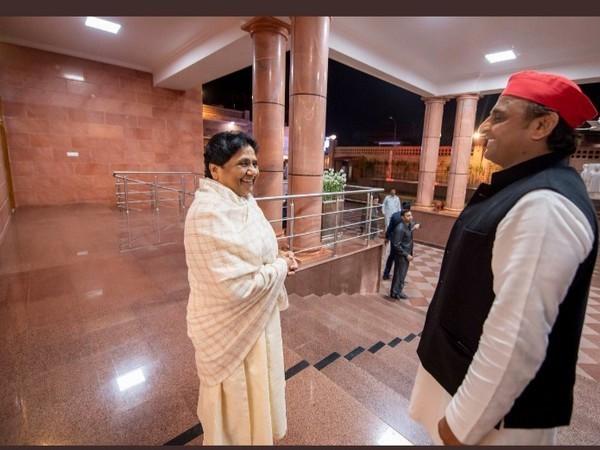BSP supremo Mayawati (left) and Samajwadi Party chief Akhilesh Yadav (right) (File photo)