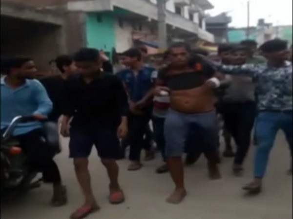 Mob thrashing a man in Moradabad city over suspicion of child-lifting. Photo/ANI