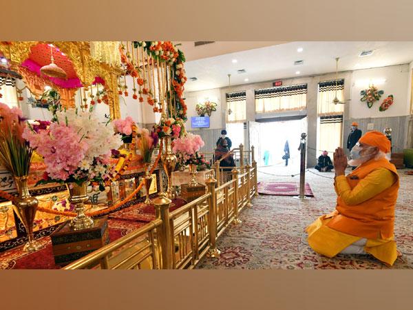 Prime Minister Narendra Modi offers prayers at Gurudwara Rakab Ganj Sahib in New Delhi on December 20. (ANI/ Photo)