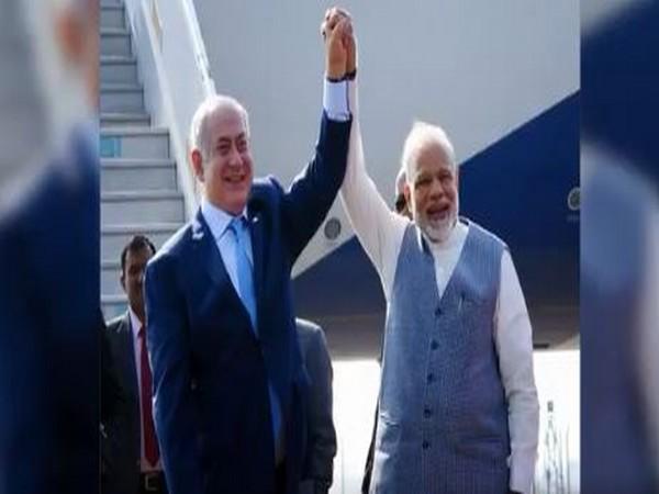 Israeli Prime Minister Banjamin Netanyahu (L) with his Indian counterpart Narendra Modi (R)