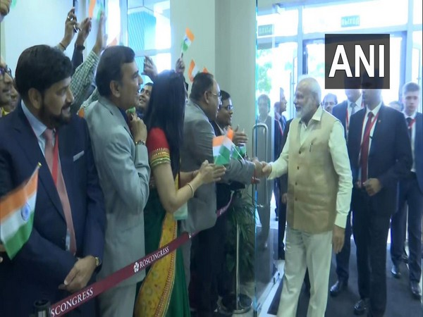 PM Modi welcomed by the Indian diaspora in Vladivostok on Wednesday.