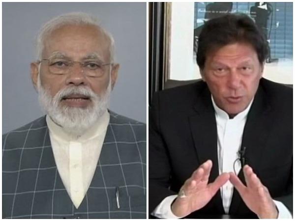 Prime Minister Narendra Modi (L), Pakistani PM Imran Khan (R)