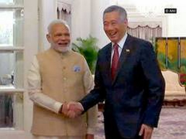 Prime Minister Modi with Prime Minister Lee Hsien Loong