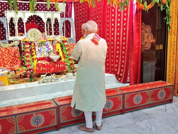 Prime Minister Narendra Modi offered prayers at the Shreenathji Temple on Sunday.