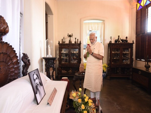 Prime Minister Narendra Modi paying tributes to Sri Aurobindo on his Jayanti. (Picture courtesy- Twitter/Narendra Modi)