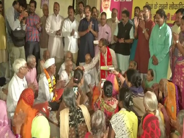 Former Chief Minister of Madhya Pradesh, Shivraj Singh Chouhan distributing sweets to inmates at old age home in Bhopal on Sunday. Photo/ANI