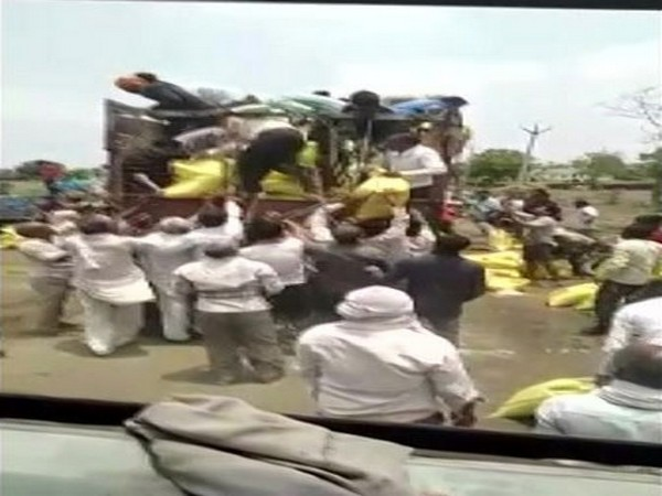 Two trucks carrying fertilisers allegedly looted by farmers in Shajapur.