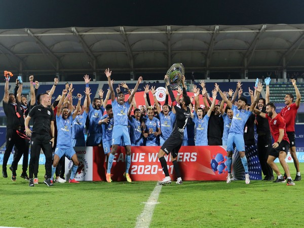 Mumbai City presented with League Winners Shield (Photo/ Sportzpics)