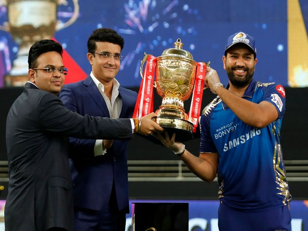 Rohit Sharma being handed IPL trophy by Sourav Ganguly and Jay Shah (Image: Mumbai Indians' Twitter)