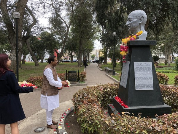V Muraleedharan, MoS MEA paying floral tribute to Mahatma Gandhi at Lima, Peru on Saturday (Photo/the MoS' Twitter account)