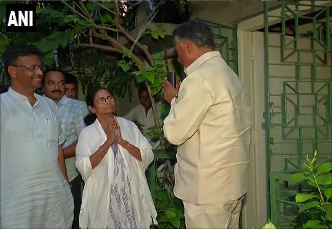 Andhra Pradesh chief minister N Chandrababu Naidu meeting with West Bengal chief minister Mamata Banerjee in Kolkata, West Bengal Photo/ANI.