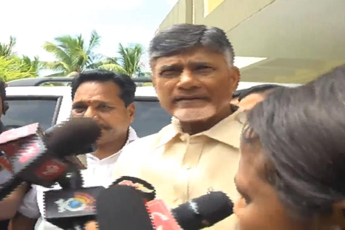 N Chandrababu Naidu trying to leave from his residence in Amaravati for Chalo Atmakur rally
