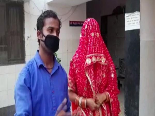 Guddu and Savita at Sahibabad Police station on Wednesday. Photo/ANI