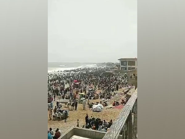 People in Pak's Karachi violate COVID norms as they gather at beaches amid pandemic (Photo Credit: Twitter)