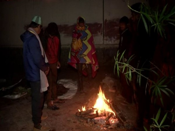 Homeless spent the night on footpaths in Delhi on Thursday [Photo/ANI]