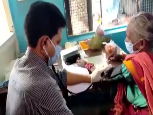 Dr Shankar Ramchandani consulting a patient at his 'One-Rupee' clinic. (Photo/ ANI)