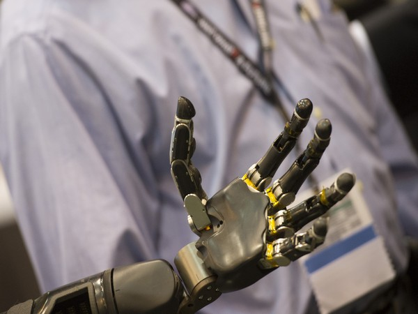 When robotic devices can be controlled with high precision, they can be used to complete a variety of daily tasks.