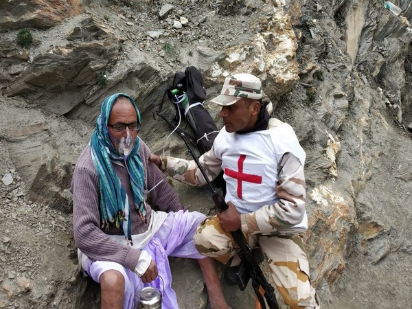 An ITBP jawan administering oxygen to a pilgrim in Baltal, West Bengal.