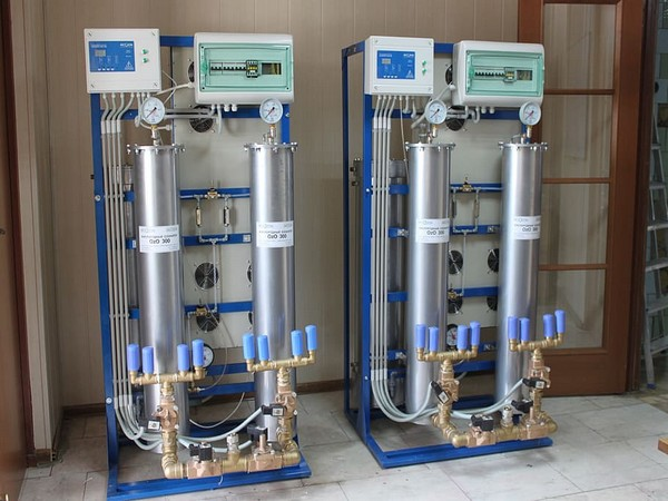 The combination of ozone and chlorine kills most bacteria and viruses in wastewater