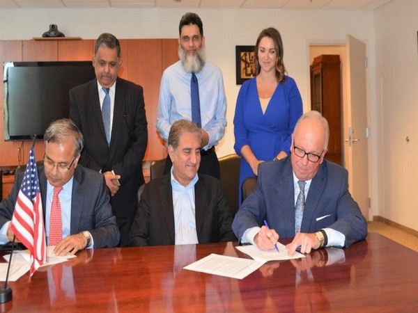 Shah Mahmood Qureshi witnessed the contract signing between Pakistan Embassy and US lobbying firm Holland & Knight. (Photo credit: Govt of Pakistan twitter)