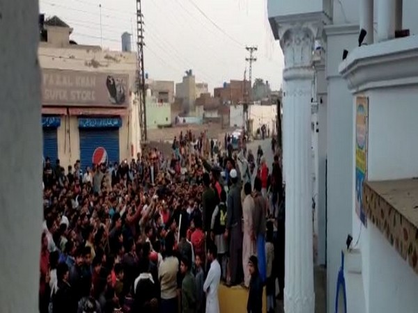 Mob outside Gurdwara Nankana Sahib in Pakistan