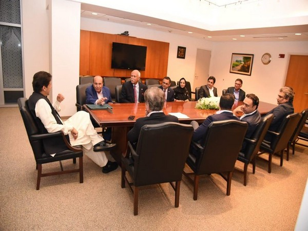 Pakistan Prime Minister Imran Khan with Pakistani businessmen in Washington on Sunday. (Photo/Pakistan Tehreek-e-Insaf's Twitter account)