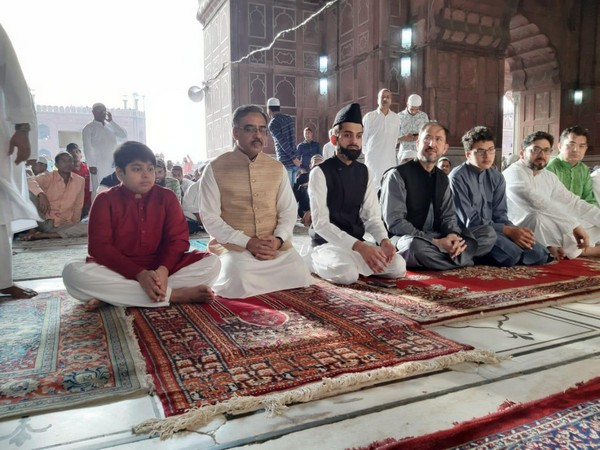 Pakistan Foreign Secretary Sohail Mahmood, second from left) and Pakistan's Acting High Commissioner to India, Syed Haidar Shah, (fourth from left) at Jama Masjid on Wednesday. Photo/ANI