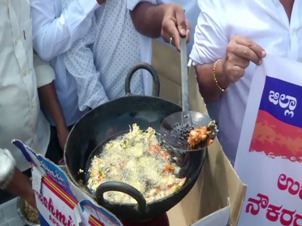 Congress leaders preparing 'pakoda' to protest against Central and state governments in Shivamogga, Karnataka, on Saturday. Photo/ANI