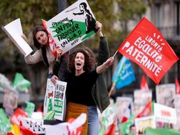 Protesters demonstrate against a reform bill that will widen access to medically assisted procreation to lesbian couples and single women in Paris