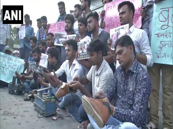 Visuals of Jan Adhikar Chhatra Parishad members polishing shoes in Patna on Friday. (Photo:ANI)