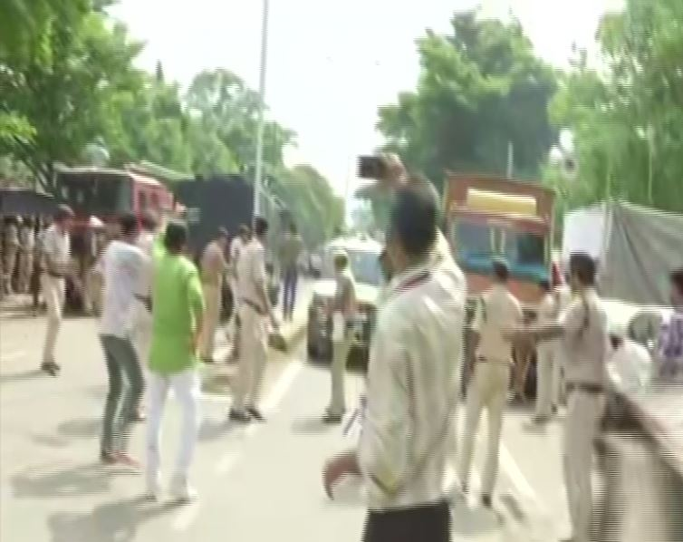 Police lathi-charge on protesting contractual teachers near