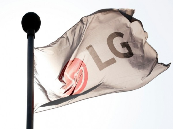 Flag hanging at LG Twin Tower in Yeouido, Seoul. (Photo: NEWSIS)